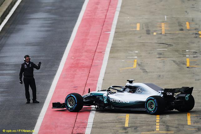 Новая машина Mercedes W09 выезжает из боксов в Сильверстоуне