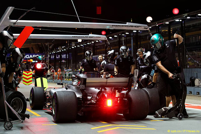Команда Mercedes отрабатывает пит-стопы в Сингапуре, 2017 год