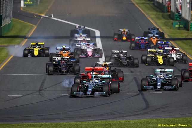 Старт Гран При Австралии: Валттери Боттас первым входит в 1-й поворот