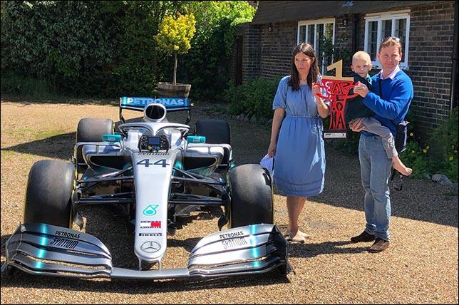 Машина Льюиса у дома родителей больного ребёнка. Фото: Philip Duncan
