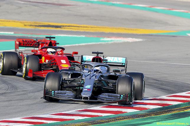 Машины Mercedes и Ferrari в третий день тестов на трассе в Барселоне