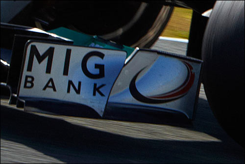 Логотип MIG Bank на машине Mercedes