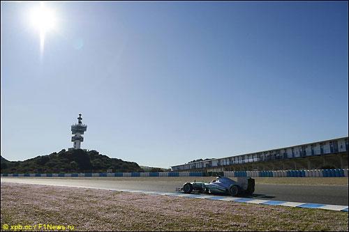 Льюис Хэмилтон за рулем Mercedes W04 на тестах в Хересе