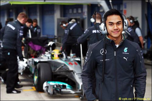 Джазмен Джафар в боксах Mercedes на тестах