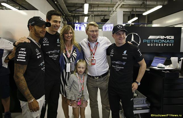 Мика Хаккинен с семейством и в боксах Mercedes в Абу-Даби