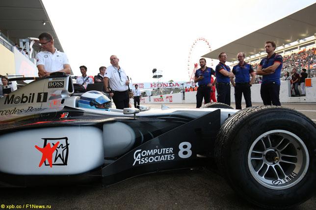 Мика Хаккинен за рулем McLaren-Mercedes MP4/13 в Сузуке