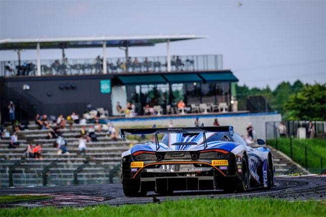 Cпорткар McLaren 720S GT3 команды Мики Хаккинена на трассе в Сузуке