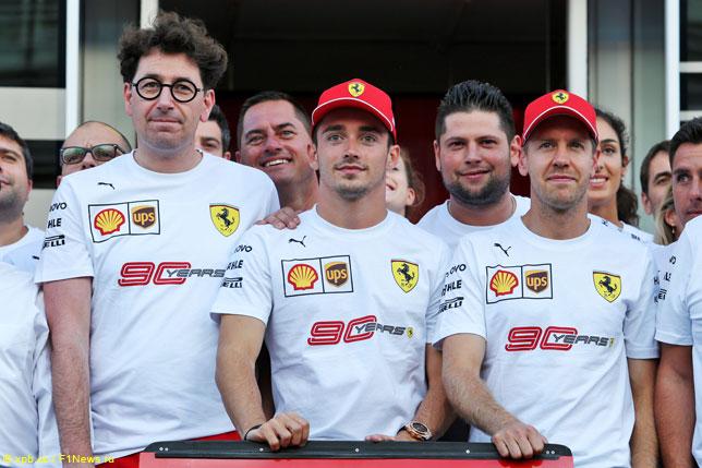 Маттиа Бинотто с гонщиками и командой