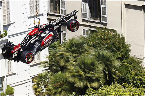 Машину Романа Грожана эвакуирут с трассы после ошибки, допущенной гонщиком на тренировке в Монако