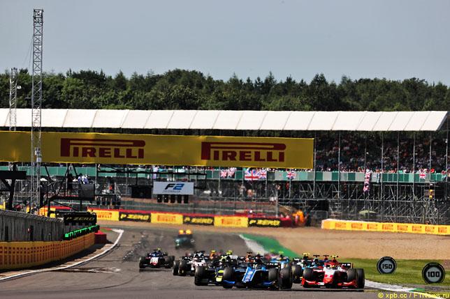 Старт воскресной гонки Формулы 2 в Сильверстоуне