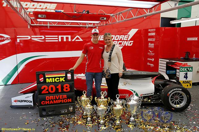 Мик Шумахер и его мать Коринна отмечают победу в чемпионате