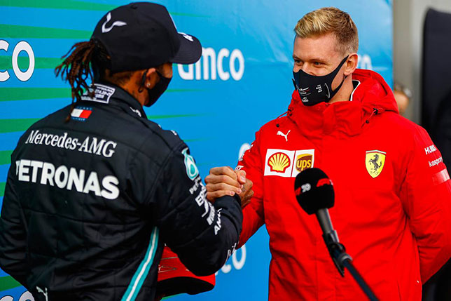 Мик Шумахер поздравляет Льюиса Хэмилтона с 92 победой в Формуле 1