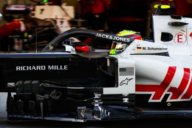 Мик Шумахер за рулём машины Haas на тренировке в Абу-Даби, фото HochZwei