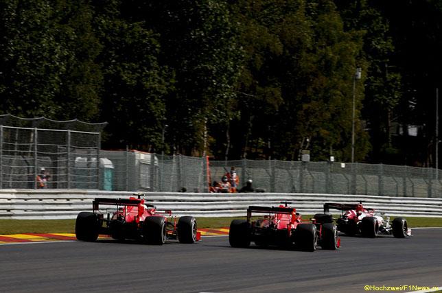 Эпизод гонки в Спа: Кими Райкконен впереди обеих машин Ferrari