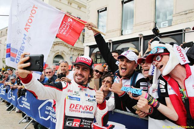 Фернандо Алонсо фотографируется с болельщиками в Ле-Мане