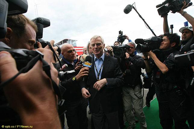Макс Мосли в центре внимания прессы на Гран При Великобритании 2009 года