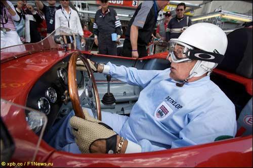 Сэр Стирлинг Мосс за рулем Osca перед стартом гонки исторических машин в Ле-Мане