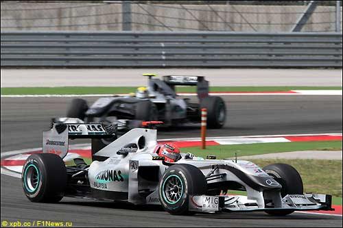 Гонщики Mercedes GP на трассе Гран При Турции