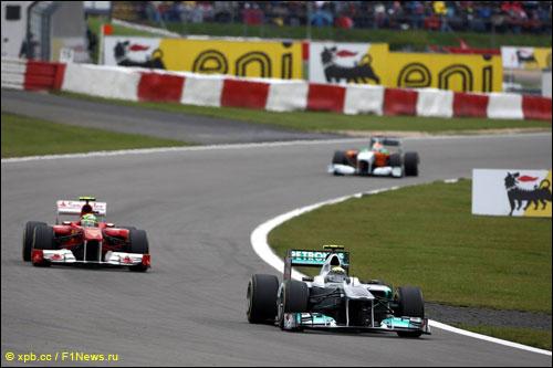 Нико Росберг ведет борьбу с соперниками на трассе Гран При Германии