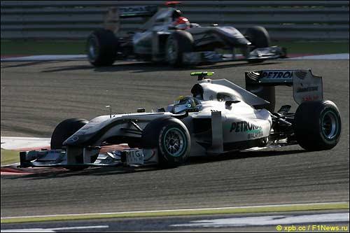 Нико Росберг и Михаэль Шумахер на трассе в Бахрейне, 2010-й год