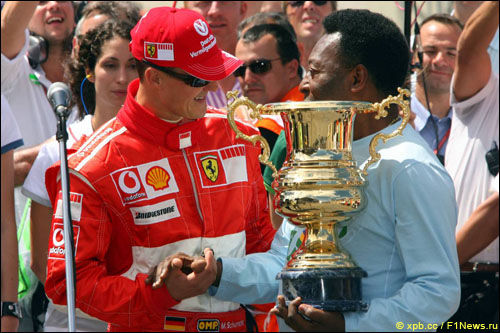 Пеле вручает памятный кубок Михаэлю Шумахеру, Гран При Бразилии 2006