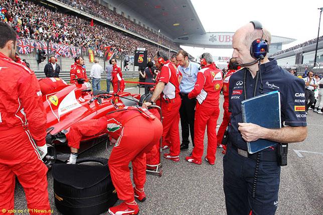 Эдриан Ньюи изучает машину Ferrari на стартовом поле Гран При Китая, 2012 год