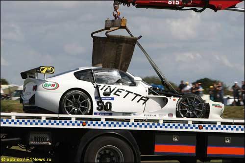 Разбитую Ginetta G50 Эдриана Ньюи эвакуируют с трассы после аварии