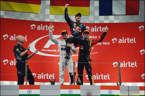 Эдриан Ньюи на подиуме Гран При Индии