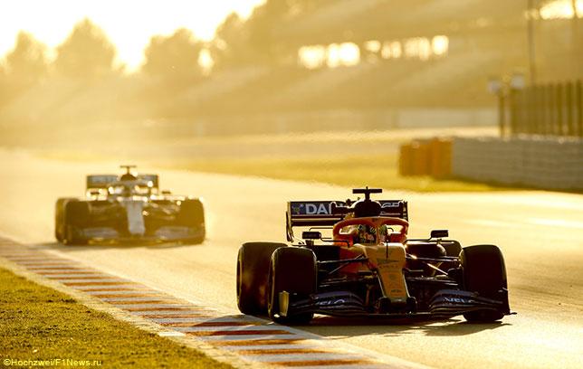 Ландо Норрис на трассе в Барселоне за рулём McLaren MCL35