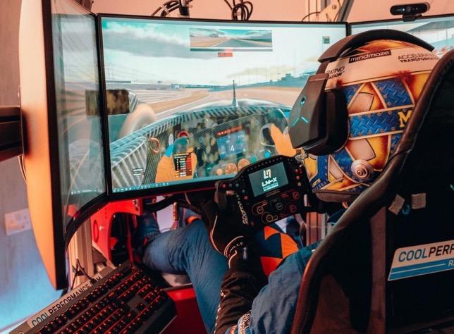 Ландо Норрис за рулём своего гоночного симулятора