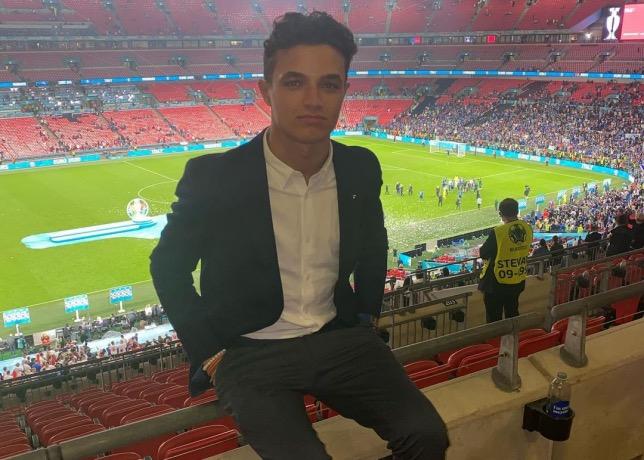 Ландо Норрис на трибуне стадиона Уэмбли, фото из Instagram гонщика