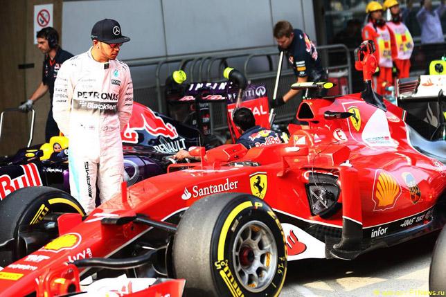 Льюис Хэмилтон осматривает машину Ferrari после квалификации в Китае