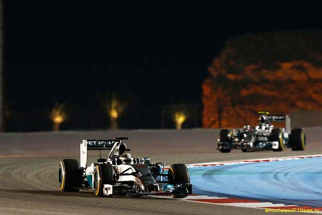 Льюис Хэмилтон и Нико Росберг ведут борьбу на трассе Гран При Бахрейна