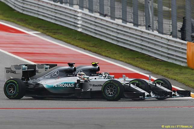 Гонщики Mercedes ведут борьбу на трассе Гран При США