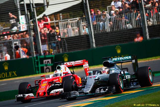 Льюис Хэмилтон на Гран При Австралии ведёт борьбу с Себастьяном Феттелем