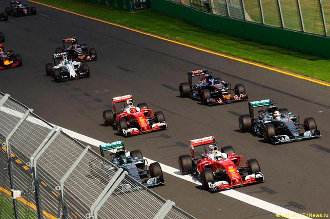 Борьба пилотов Mercedes и Ferrari на старте Гран При Австралии