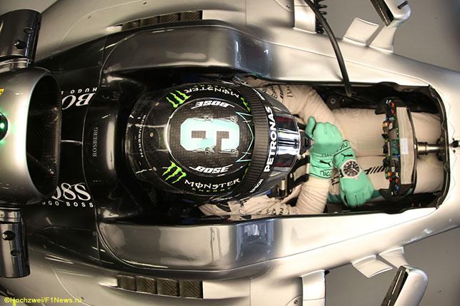 Нико Росберг в кокпите Mercedes W07