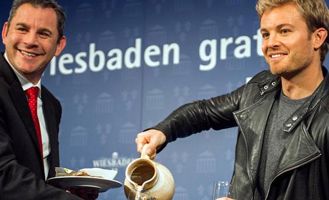 Нико Росберг на завтраке с бургомистром Висбадена Свеном Герихом