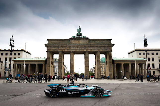 Нико Росберг за рулём машины Формулы E на улицах Берлина