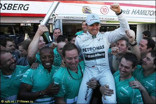 Команда Mercedes поздравляет Нико Росберга с победой в Монако