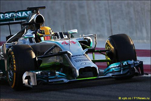 Льюис Хэмилтон за рулём W05 на тестах в Бахрейне