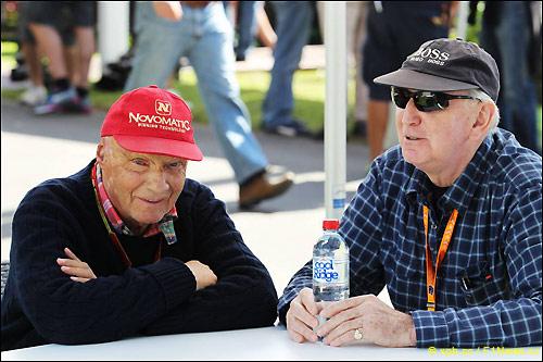 Джон Уотсон (справа) и Ники Лауда, неисполнительный директор Mercedes AMG