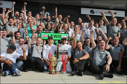 Команда Mercedes празднует победу в Сильверстоуне