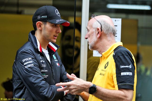 Эстебан Окон с сотрудником Renault