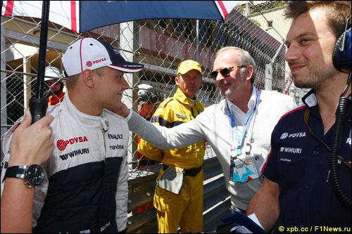 Валттери Боттас получает наставления перед стартом Гран При Монако от Дидье Котона