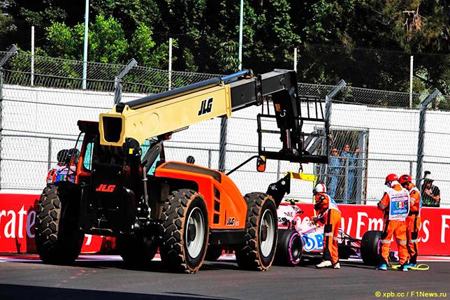 Маршалы эвакуируют машину Force India, разбитую Альфонсо Селишом