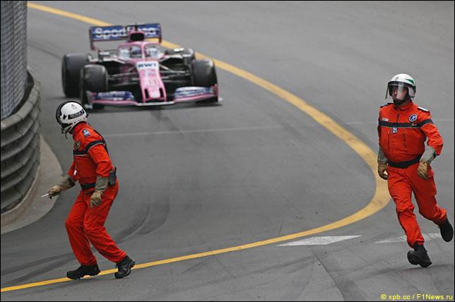Маршалы и Серхио Перес во время гонки в Монако