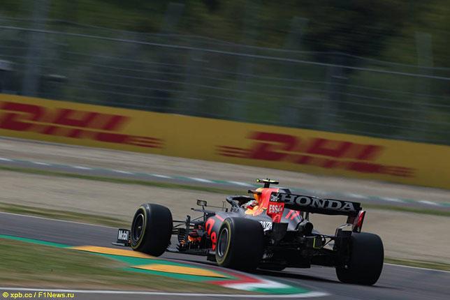 Серхио Перес за рулём RB16B на трассе в Имоле