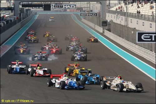 Лидерство в гонке Серхио Перес захватил уже в первом повороте