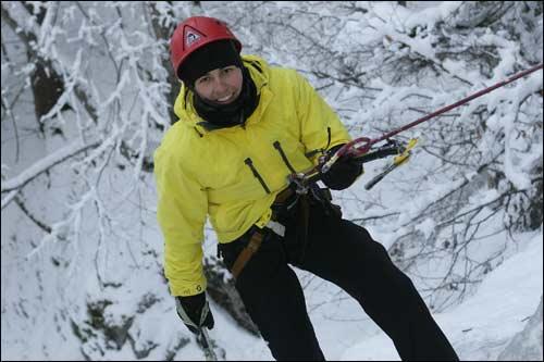 Серхио Перес с ледорубом во время альпинистского восхождения